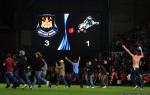 Tifosi del West Ham United invadono il terreno di gioco ad Upton Park contro il Millwall