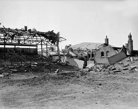 Immagine del Boleyn Ground distrutto da una bomba