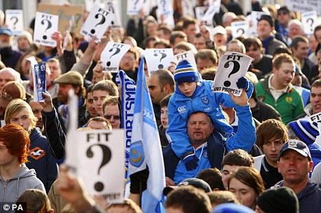 Tifosi del portsmouth in protesta contro i debiti del club