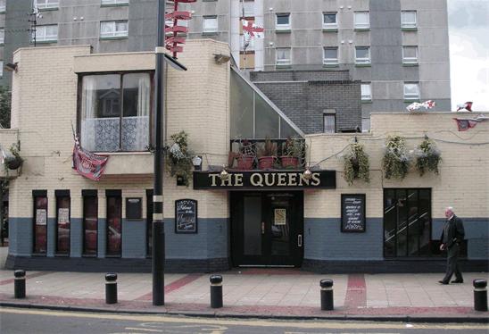 La facciata del Queens Pub di Upton Park