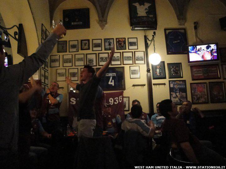Ragazzi della Station 936 che guardano una partita del West Ham United in un Pub italiano