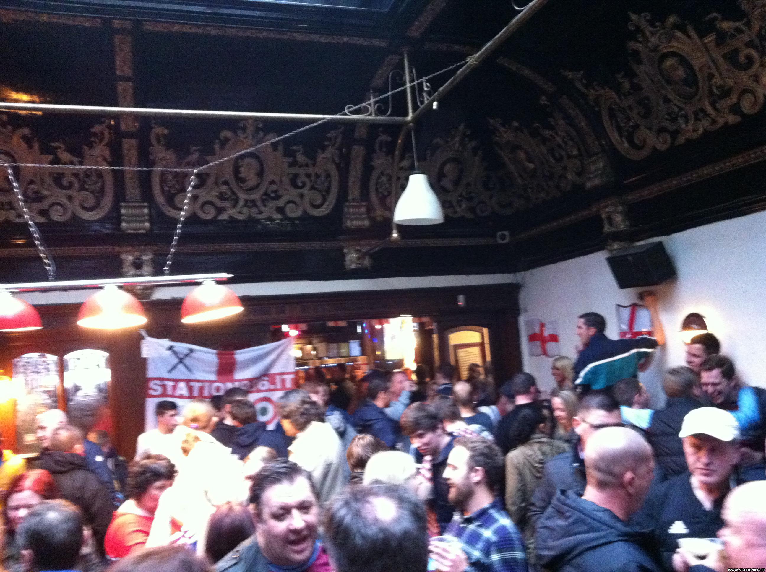 Bandiera Station 936 appesa al Boleyn Pub di Upton Park