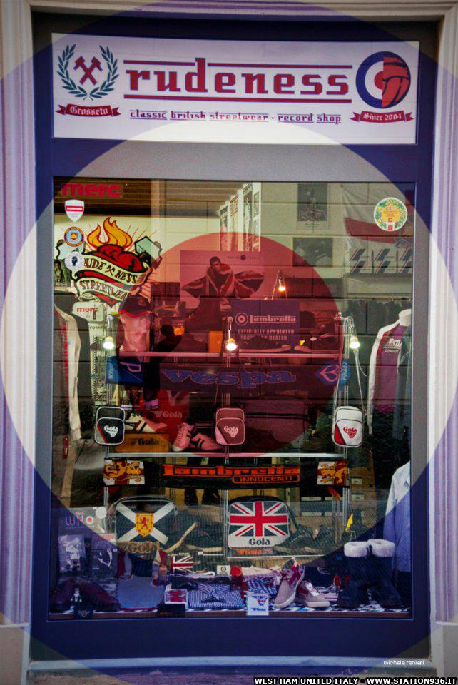 La vetrina del negozio streetwear Rudeness a Grosseto