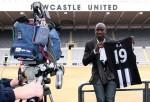 Demba Ba viene presentato dal Newcastle United