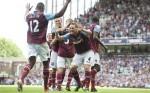 Kevin Nolan festeggia dopo il goal segnato all'Aston Villa