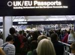 Persone in fila al controllo documenti dell'aeroporto di Londra Stansted