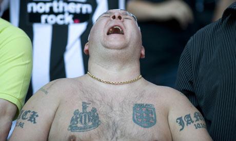 Foto di un tifoso del Newcastle disperato