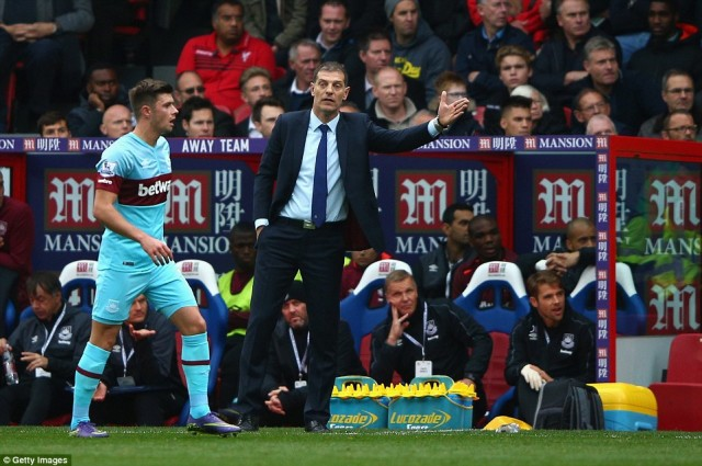2D7FB3E000000578-3277178-West_Ham_manager_Slaven_Bilic_gives_instructions_to_his_side_as_-a-9_1445095301952