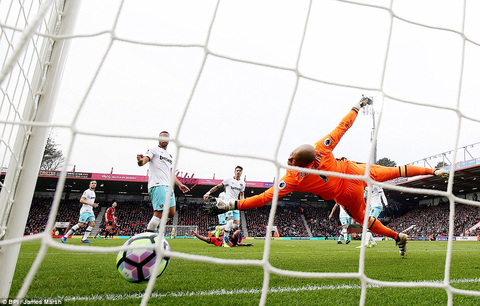 3E2A938C00000578-4304306-Randolph_was_helpless_to_keep_the_ball_out_of_the_West_Ham_net_d-a-23_1489256454217