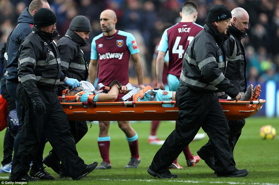 49C61CDF00000578-5458125-Winston_Reid_was_carried_off_on_a_stretcher_and_given_oxygen_aft-a-2_1520101761295