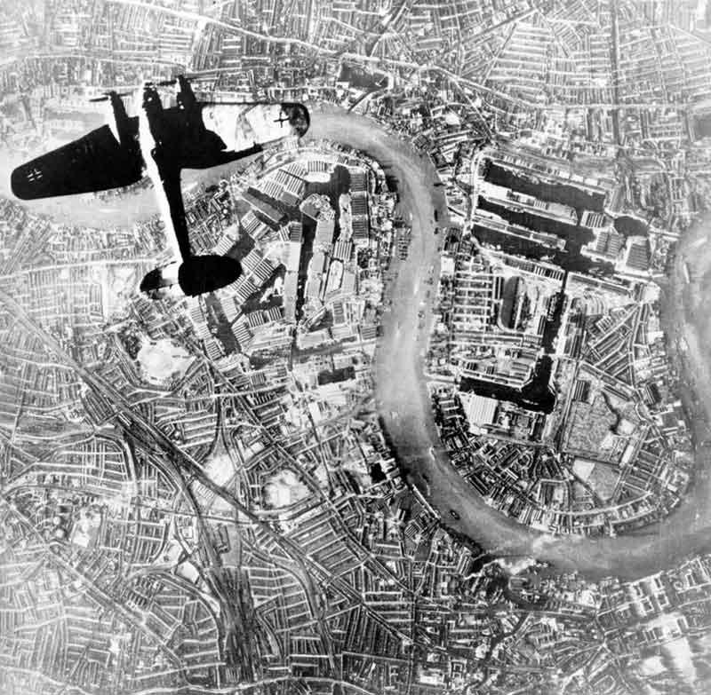 Caccia tedesco che sorvola Londra, passando sopra al The Den del Millwall