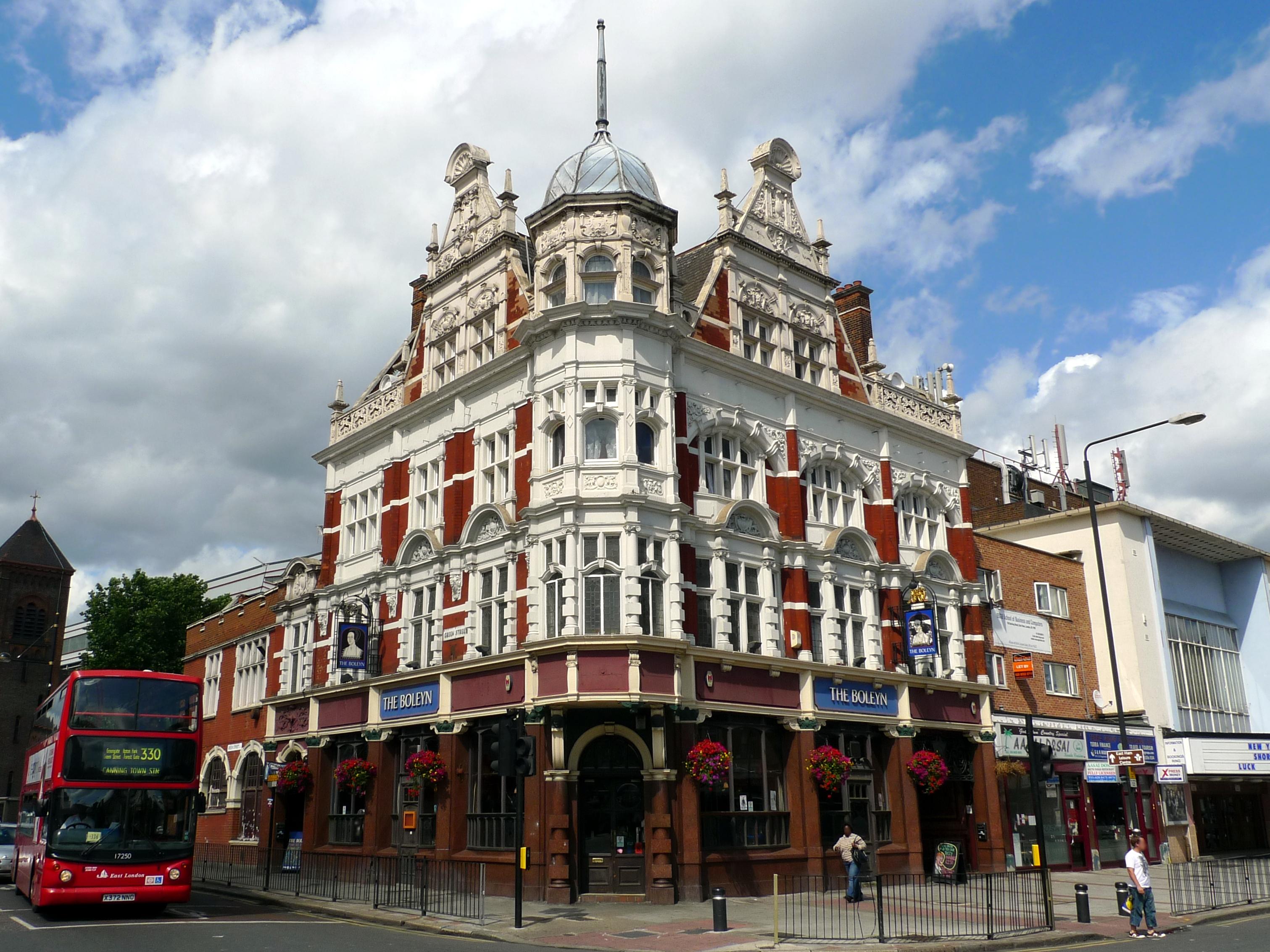 La facciata del Boleyn Pub di Upton Park
