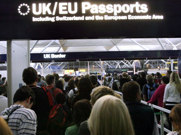 Persone in fila al controllo documenti dell'aeroporto di Londra Stansted
